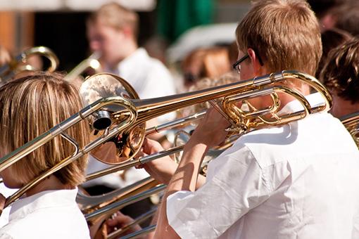 Orchester mit Blasinstrumenten